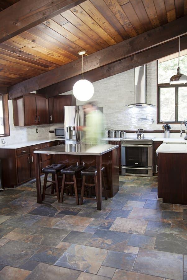 Cucina rustica moderna immagine stock. Immagine di impilato - 78081405