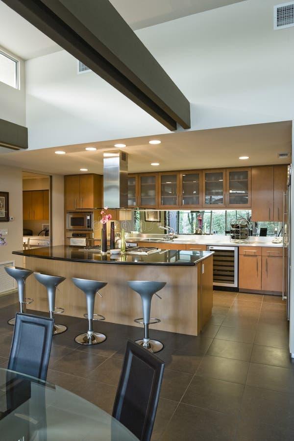 Cucina spaziosa con i panchetti all'isola in Camera immagini stock libere da diritti