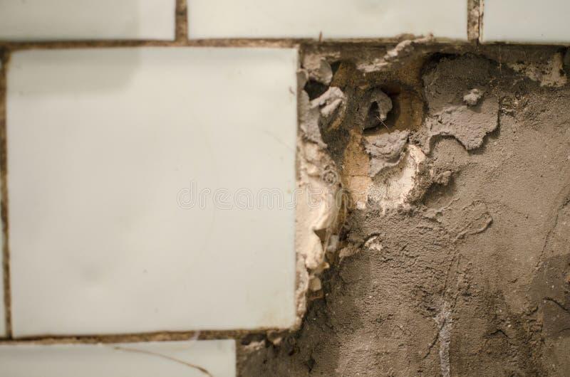 Cucina sporca Circostanze antigieniche vecchia parete tagliata in un comm fotografia stock