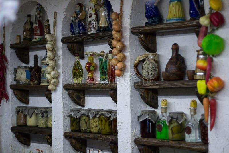 Cucina stile country rurale ucraina con il deco interno del villaggio fotografia stock libera da diritti