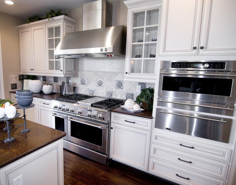 Cucina su misura di lusso fotografie stock libere da diritti