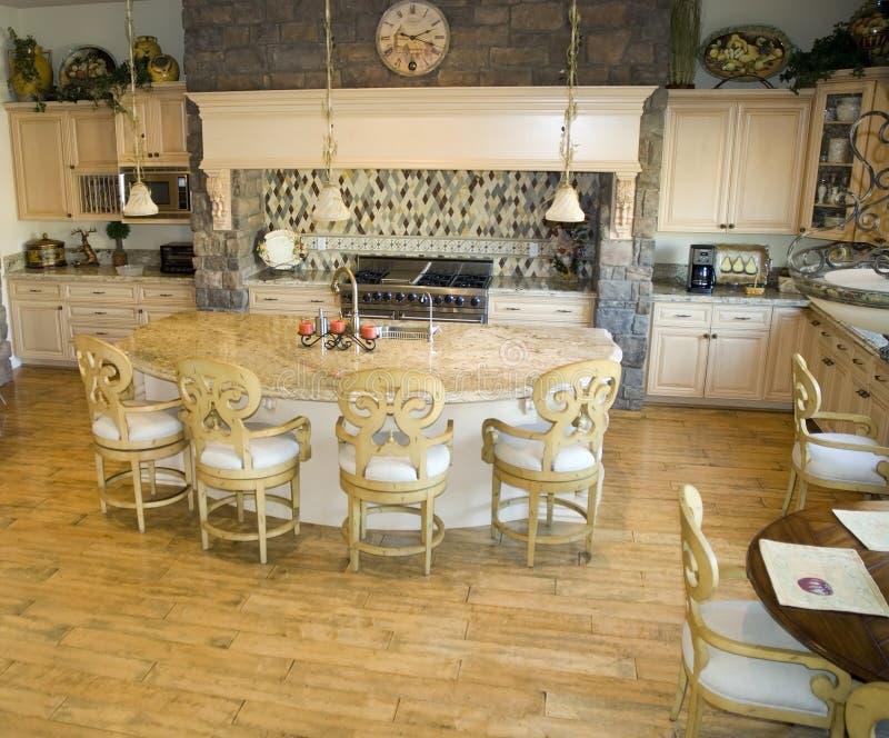 Cucina su ordinazione nella casa moderna immagini stock