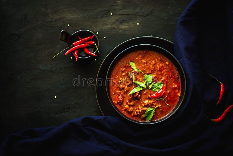 Cucina tradizionale della Tailandia, curry rosso, minestra del curry, alimento della via, alimento scuro dell'asiatico di fotogra immagine stock