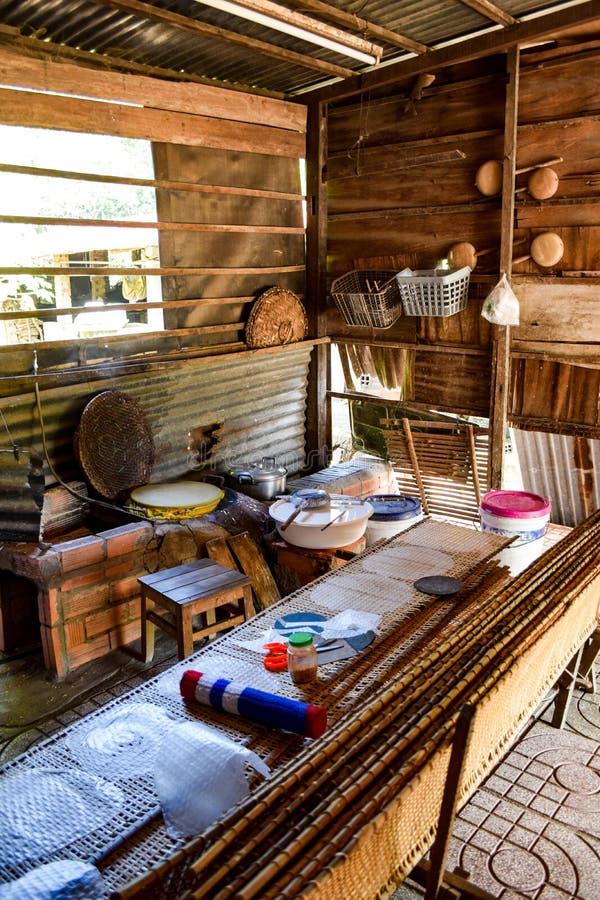 Cucina tradizionale di fabbricazione di carta di riso fotografia stock libera da diritti