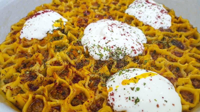 Cucina turca tradizionale, Manti, primo piano turco dei ravioli immagini stock