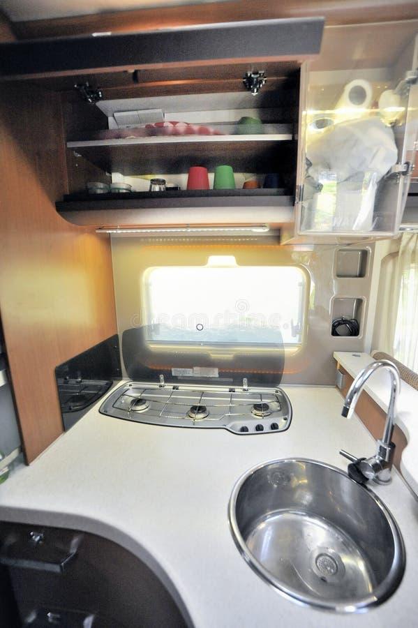 Cucina in veicolo di ricreazione immagini stock