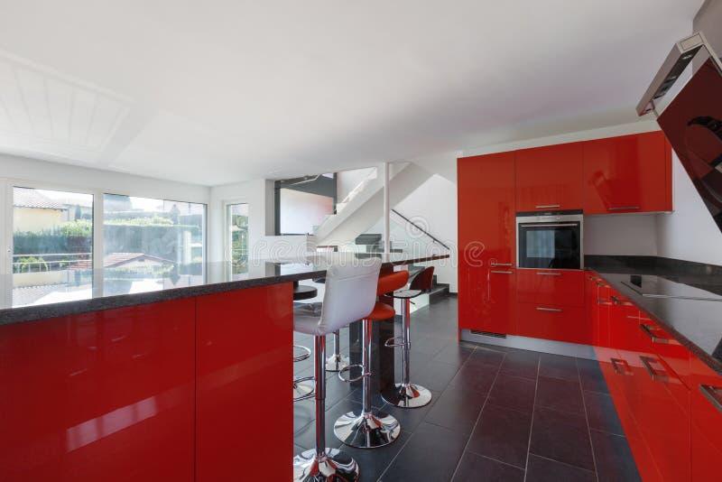 Cucina vuota interna della casa moderna, sala da pranzo fotografia stock