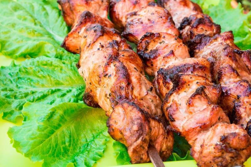 Cucinando carne all'aperto Vecchia ricetta fritta della carne fotografie stock libere da diritti