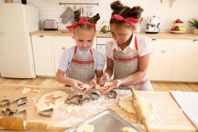 Cucinando con i bambini fotografia stock