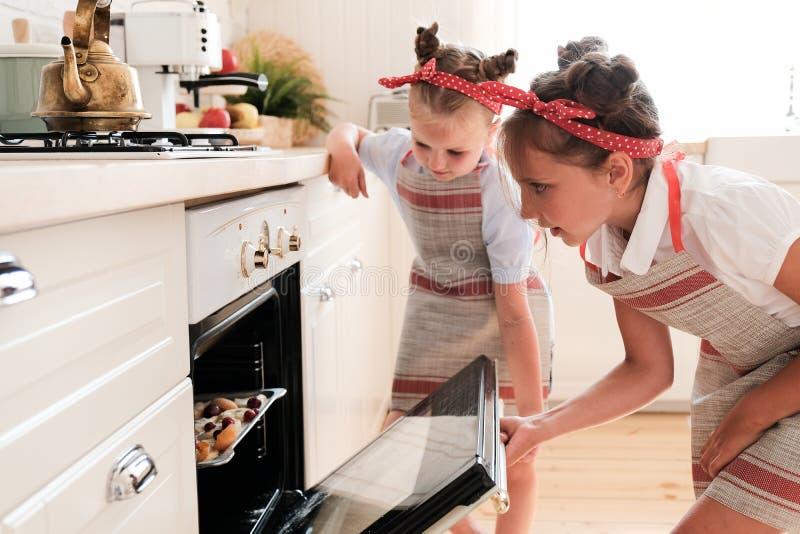 Cucinando con i bambini immagine stock