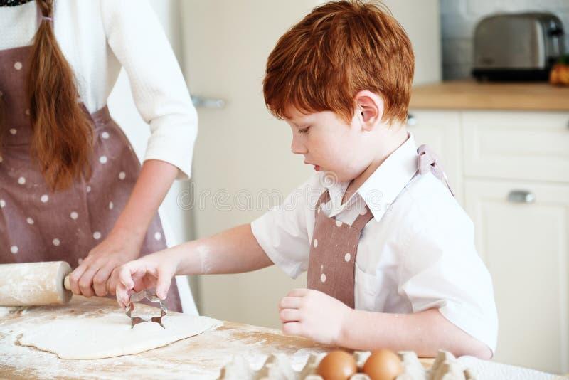 Cucinando con i bambini immagini stock