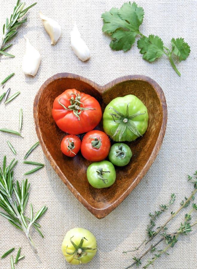 Cucinando con i pomodori e Hearbs fotografie stock libere da diritti