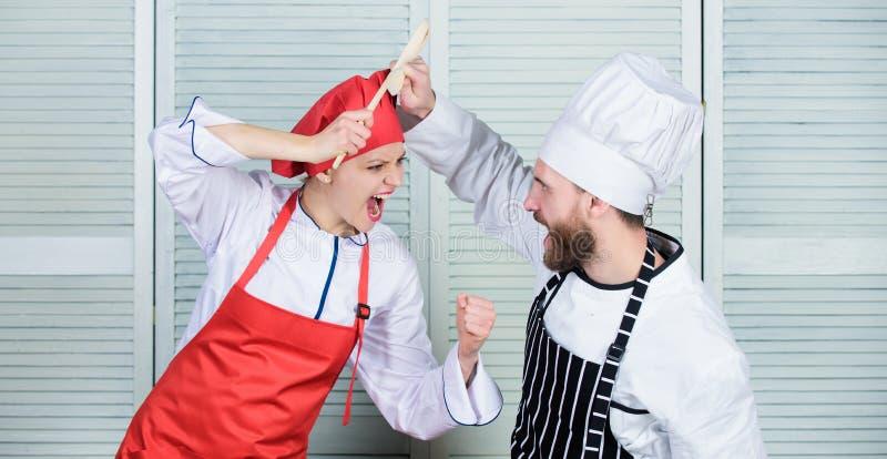 Cucinando con il vostro coniuge pu? rinforzare le relazioni Ultima sfida di cottura Le coppie fanno concorrenza nelle arti culina immagini stock