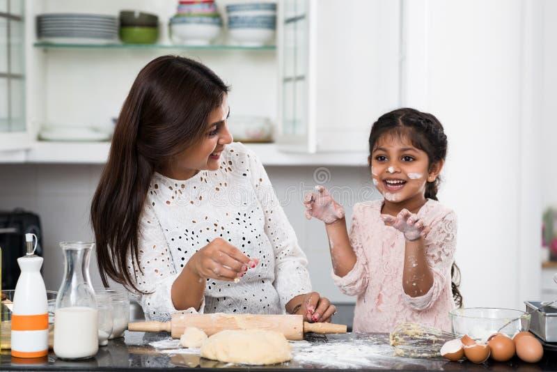 Cucinando con la madre fotografie stock