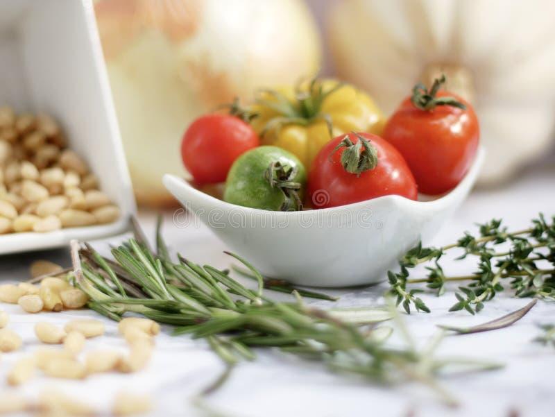 Cucinando con le erbe e le spezie fresche immagine stock
