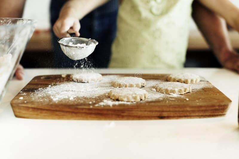 Cucinando cuocere dei biscotti dei bambini cuocia il concetto fotografia stock libera da diritti