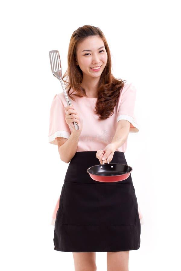 Cucinando donna o casalinga, con la spatola e la pentola immagine stock