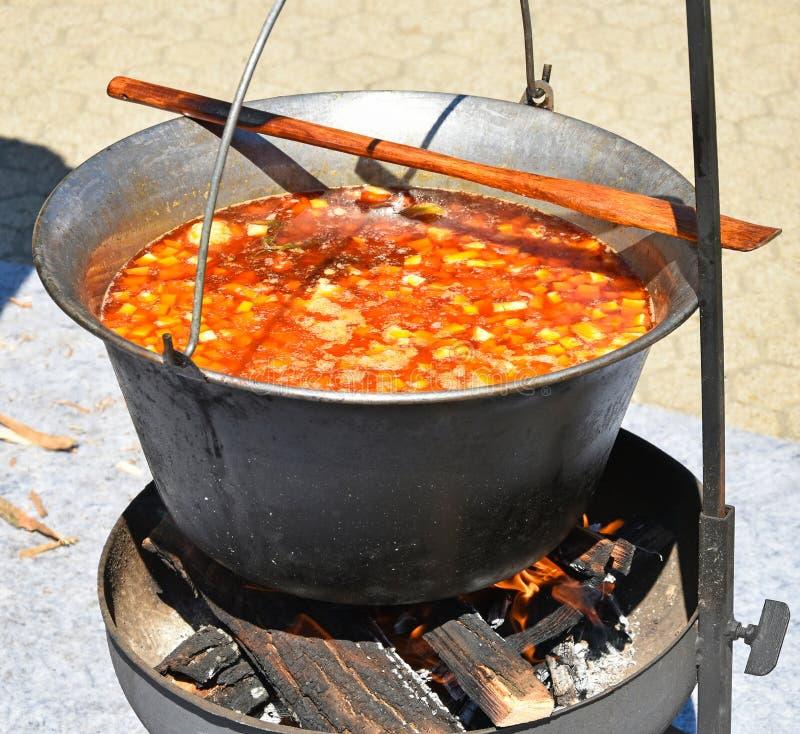 Cucinando goulash all'aperto immagine stock