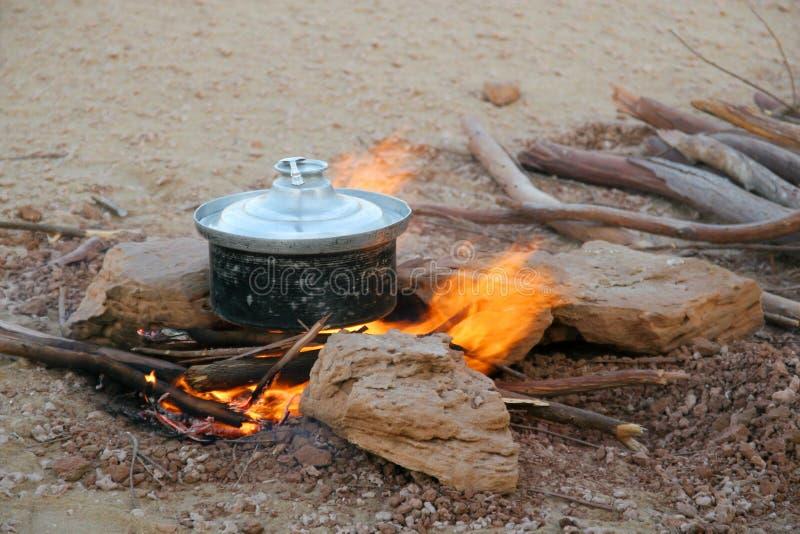 Cucinando nel deserto fotografia stock libera da diritti
