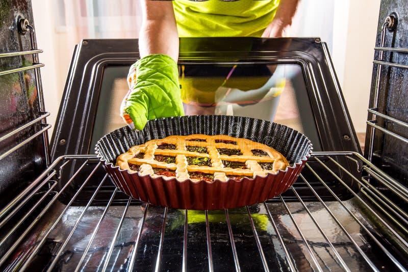 Cucinando nel forno a casa fotografia stock