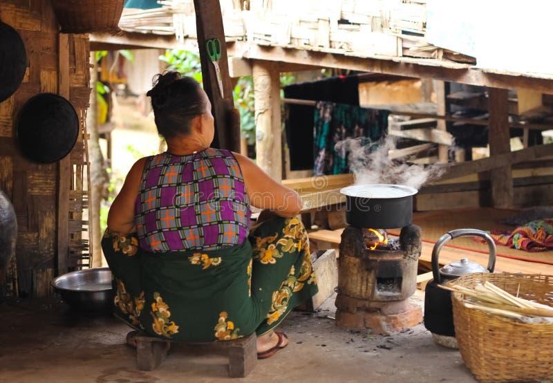 Cucinando nella cucina della campagna del Myanmar immagini stock libere da diritti