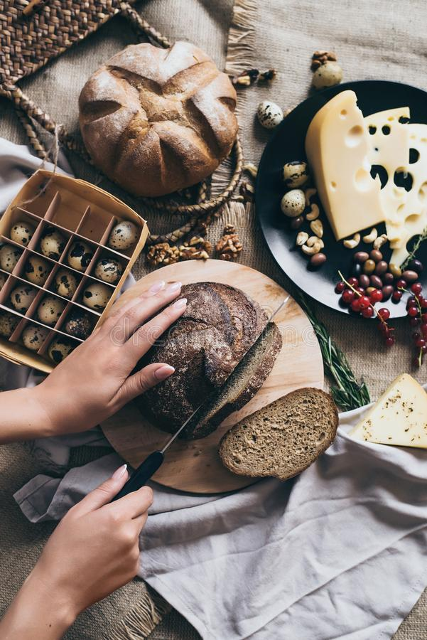 Cucinando prima colazione o pranzo a casa ed azienda agricola fotografie stock