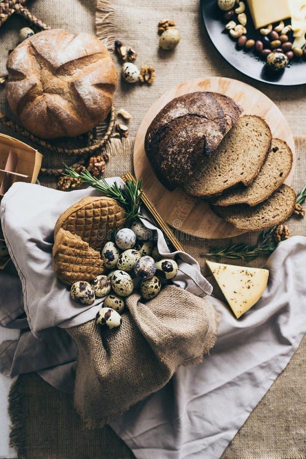 Cucinando prima colazione o pranzo a casa ed azienda agricola fotografia stock