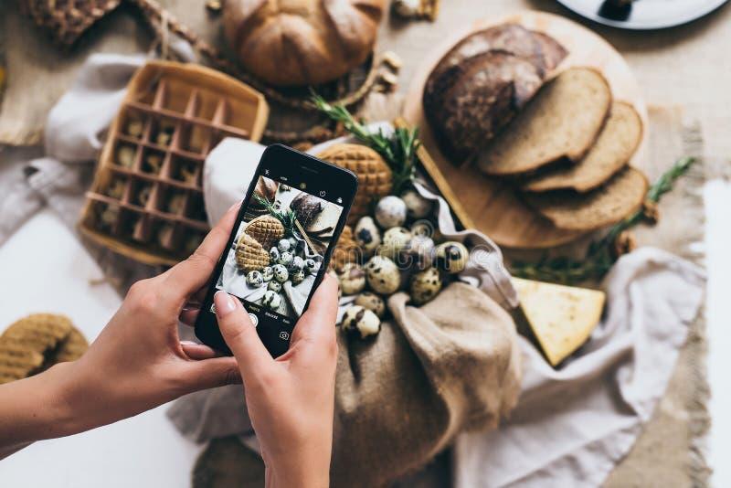 Cucinando prima colazione o pranzo a casa ed azienda agricola alimento della foto sullo smartphone immagine stock