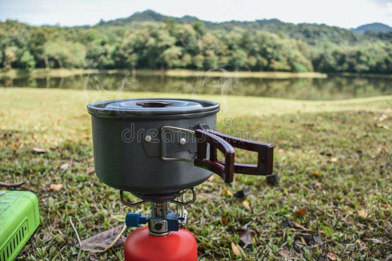 Cucinando sull'erba ed accampandosi, vista del lago immagini stock libere da diritti