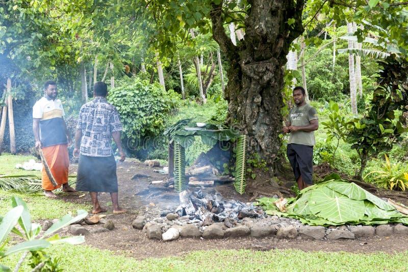 Cucinando in un forno della terra fotografia stock
