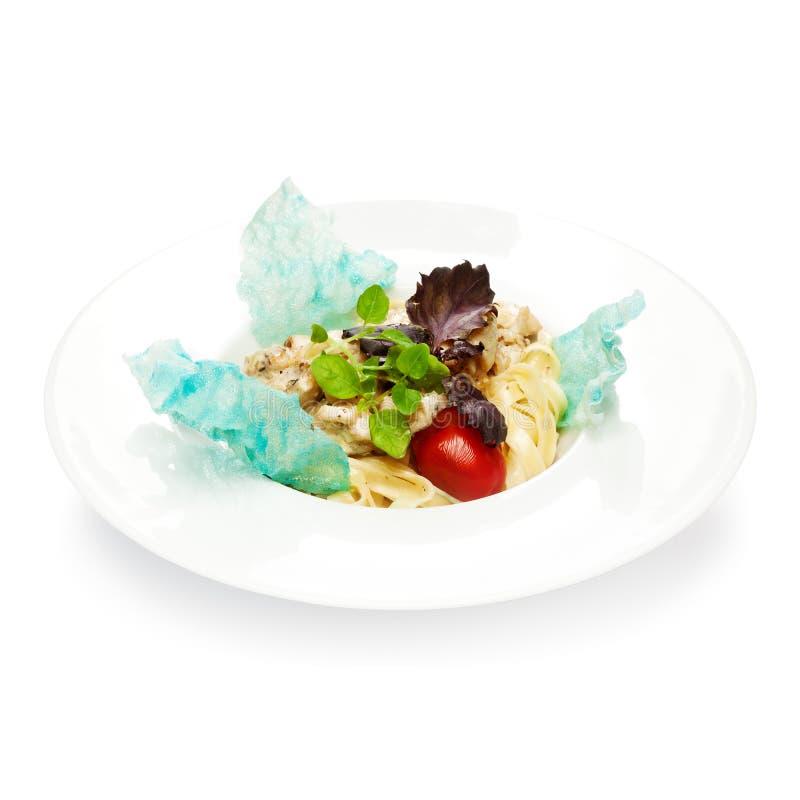 Cucinato di recente, pasta con il pollo, basilico, pomodoro e formaggio, sopra fotografia stock libera da diritti