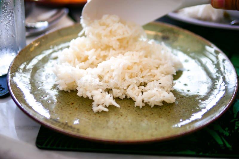 Cucinato semplicemente sul piatto verde chiaro tradizionale sul fondo di marmo della tavola fotografie stock