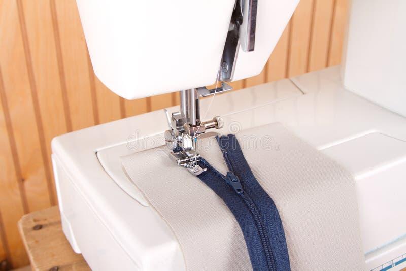 Cucito della chiusura lampo sulla macchina per cucire fotografie stock libere da diritti