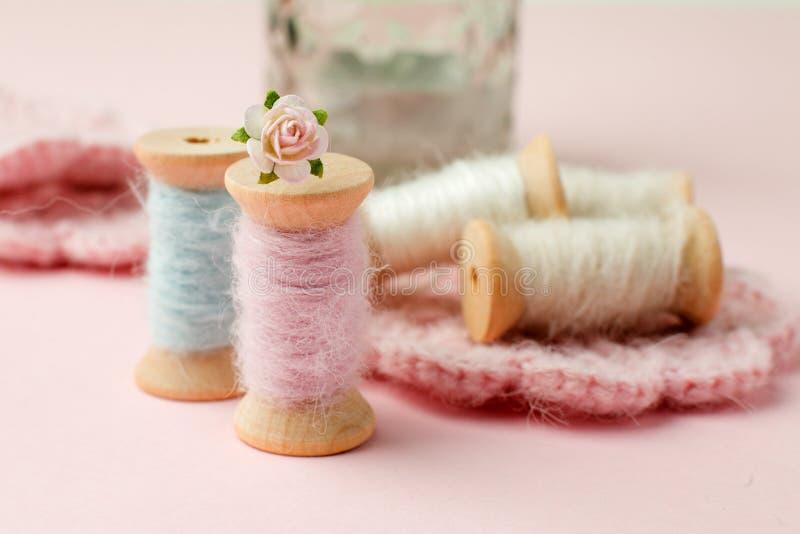 Cucito e concetto di adattamento, vecchi strumenti di cucito di legno sui retro precedenti rosa Fondo elegante misero del romanse fotografia stock