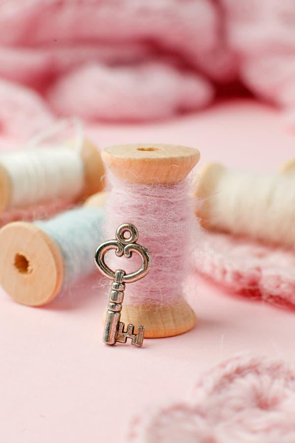 Cucito e concetto di adattamento, vecchi strumenti di cucito di legno sui retro precedenti rosa Fondo elegante misero del romanse fotografia stock libera da diritti