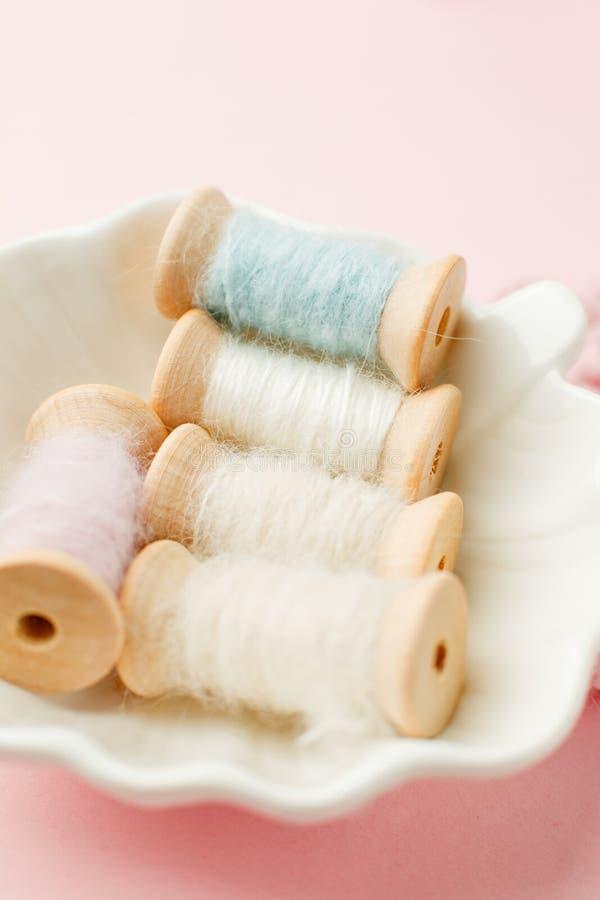 Cucito e concetto di adattamento, vecchi strumenti di cucito di legno sui retro precedenti rosa Fondo elegante misero del romanse fotografie stock