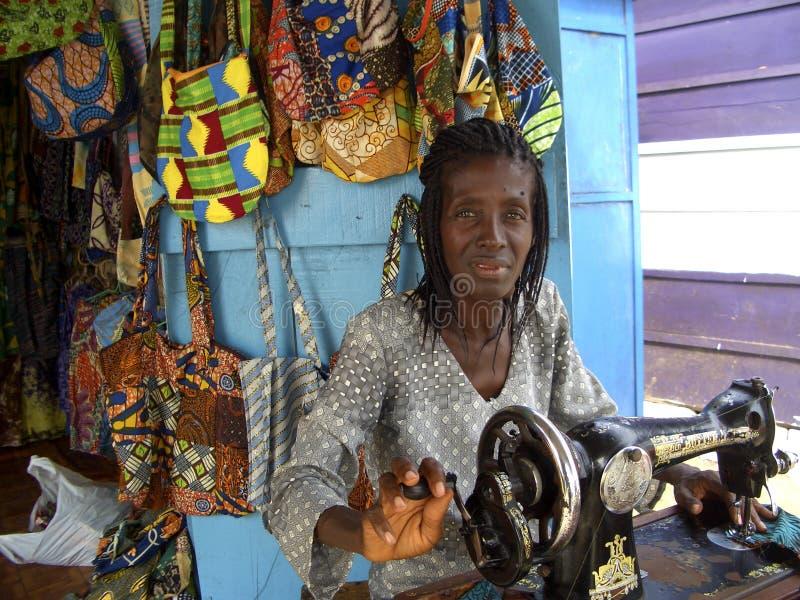 Cucitrice africana nel suo negozio, Ghana, Africa occidentale fotografie stock