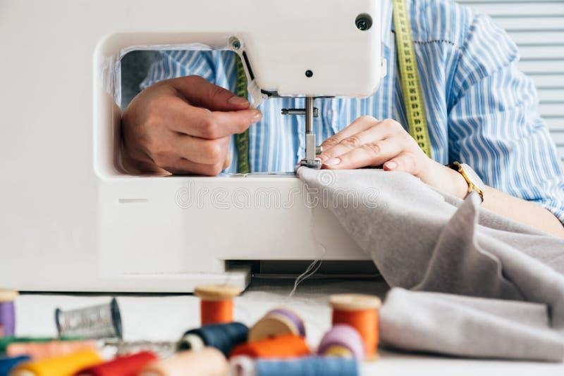 Cucitrice che lavora con la macchina per cucire elettrica fotografia stock