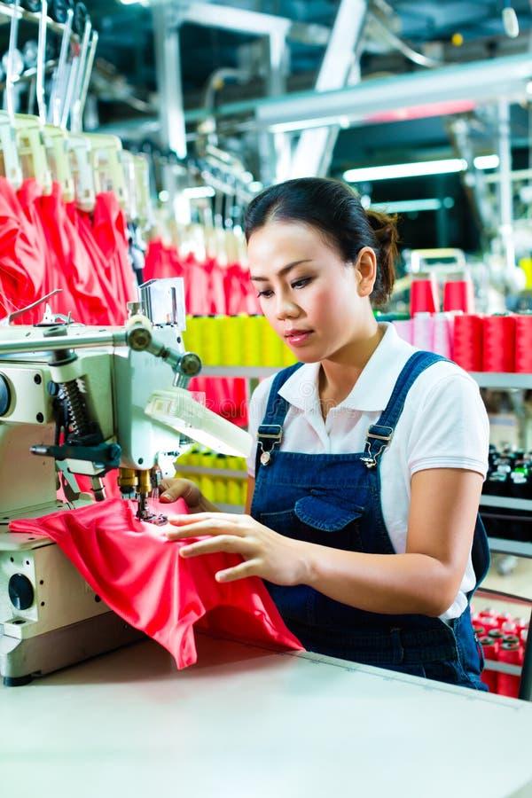 Cucitrice cinese in una fabbrica del tessuto fotografia stock libera da diritti