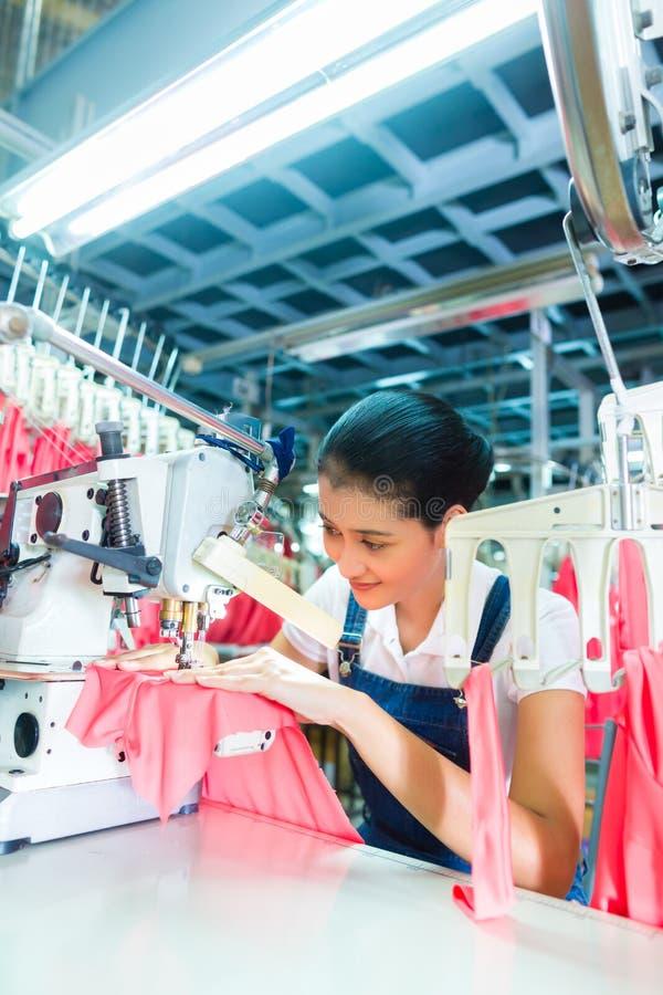 Cucitrice indonesiana nella fabbrica asiatica del tessuto fotografia stock libera da diritti