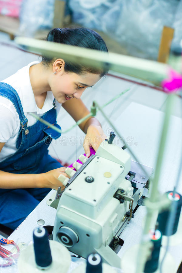 Cucitrice indonesiana in una fabbrica del tessuto fotografia stock