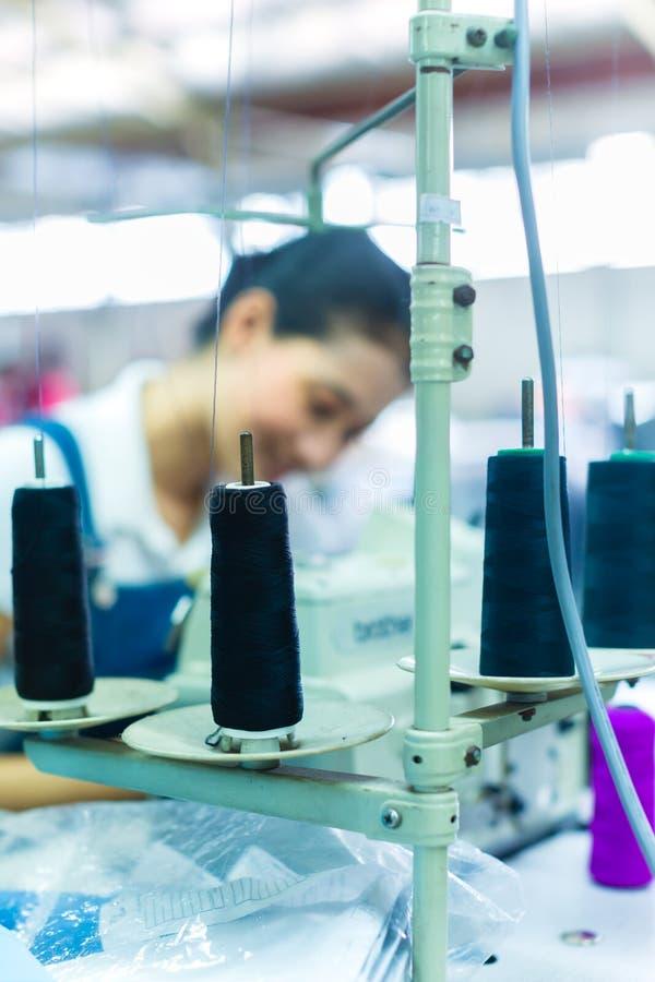 Cucitrice indonesiana in una fabbrica del tessuto immagine stock libera da diritti