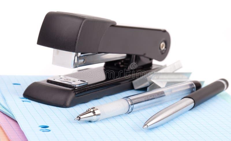 Cucitrice meccanica e penna dell'ufficio immagine stock libera da diritti