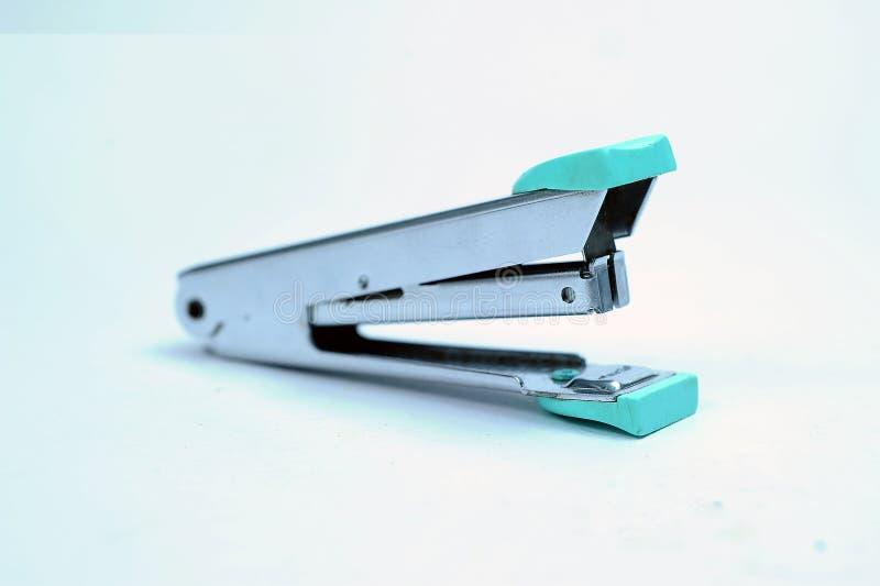 Cucitrice meccanica grigia fissa dell'ufficio con il mucchio delle graffette fotografie stock libere da diritti