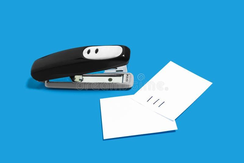 Cucitrice meccanica nera con i fogli di carta fotografia stock libera da diritti