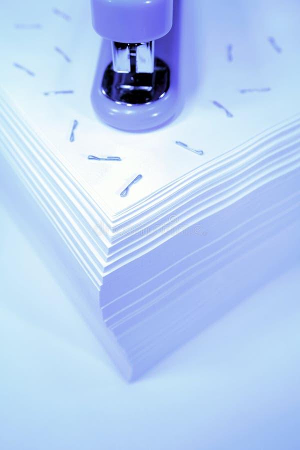Cucitrice meccanica su documento fotografia stock