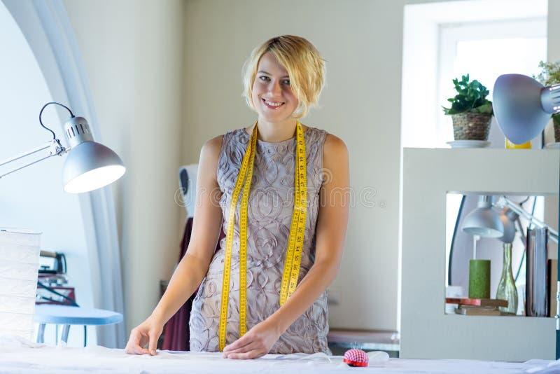 Cucitrice nello studio dell'atelier fotografie stock libere da diritti