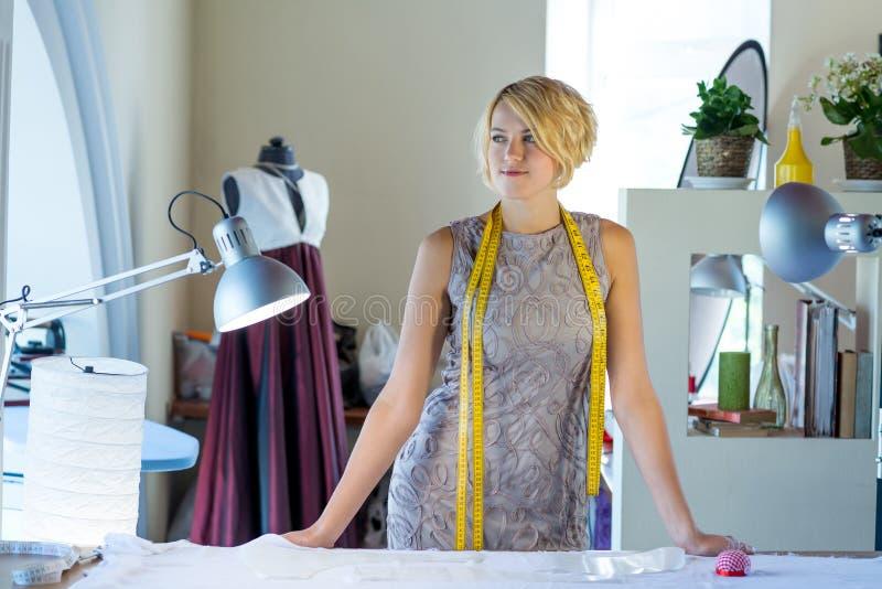 Cucitrice nello studio dell'atelier immagini stock libere da diritti