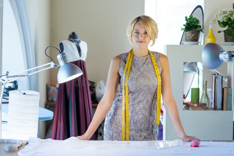 Cucitrice nello studio dell'atelier fotografia stock libera da diritti