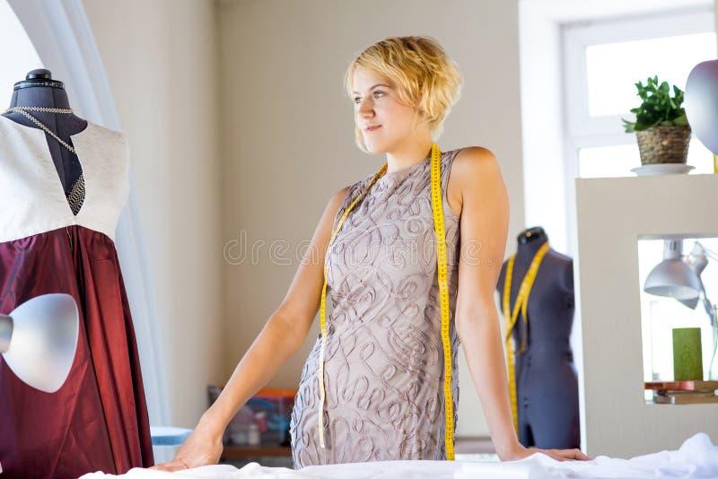 Cucitrice nello studio dell'atelier immagine stock